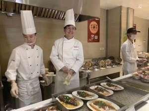 杨元庆现身食堂 为员工打饭送鱼送祝福